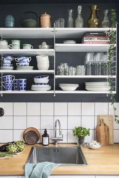 stringhylla i kök mon amie iittala Gula, Compact Living, Kitchen Shelves, My Room, My Dream Home, Shelving, String System, Interior Design, House Styles