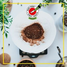Die Tasse Kaffee hat sich als eines der beliebtesten Getränke in der Schweiz etabliert – täglich trinkt der Durchschnittsschweizer drei Tassen davon. Wenn man von 10 g Kaffee pro Tasse ausgeht, ergibt das – auf die gesamte Bevölkerung ausgerechnet – ca. 257 Tonnen an Kaffeesatz, der täglich ansteht. Wohin also mit dem braunen Pulver? #savefood Tableware, Food, Cup Of Coffee, Simple Sentences, Switzerland, Household, Dinnerware, Dishes, Meals