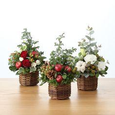 Christmas Tree Farm, Christmas Tree Themes, Rustic Christmas, Christmas Wreaths, Xmas, Winter Floral Arrangements, Christmas Flower Arrangements, Christmas Centerpieces, Flower Shop Decor