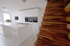 Minimalistisch interieur met design klassiekers   bekijk meer foto's van dit project op Walhalla.com Villa, Divider, Art Deco, Stairs, Kitchen, Design, Room, Furniture, Home Decor