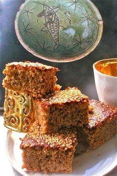 βυζαντινή φανουρόπιτα: συνταγή γκουρμέ: 1 φαρινάπ, 3/4 φλ ελαιόλαδο, 2 φλ χυμό πορτοκαλιού, 1 κ γλ σόδα, 1 κ σ κανέλα, 1 κ σ γαρύφαλο, 2/3 ποτηριού καρύδια, 1 σφηνάκι κονιάκ, 4-5 κ σ  σουσάμι Greek Sweets, Greek Desserts, Greek Recipes, Fun Desserts, Pureed Food Recipes, Cooking Recipes, Greek Cake, Cake Recipes, Dessert Recipes