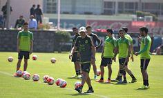 -Los jugadores se retiraban sin dar declaraciones, cuando apareció el técnico y dio la orden de que los medios fueran atendidos