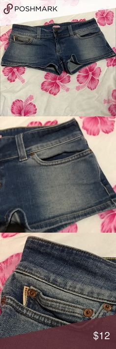 Ladies Hollister size 7 jean shorts Jrs size 7. Excellent condition. Lightly worn. Size 7 Hollister short jean shorts. No noted defects. 🚫No trades ✅Reasonable offers submitted though offer button accepted. 🚭Smoke free home💌Laundered before shipped Hollister Shorts Jean Shorts