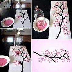 Boom met bloemblaadjes met afdrukken van een petfles