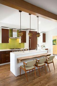 Wohnküche einrichten in frischen Farben und aus hochwertigen Materialien Retro Kitchen Decor, Modern Kitchen Design, 1960s House, Above Kitchen Cabinets, Mid Century Modern Kitchen, Retro Home, Luxury Home Decor, Kitchen Furniture, Diy Ideas