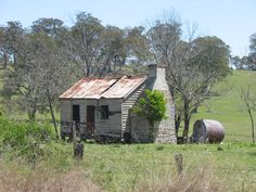 old abandoned cottage at Liston near Stanthorpe Abandoned Farm Houses, Old Farm Houses, Abandoned Places, Abandoned Homes, Colonial Cottage, Old Cottage, Queenslander House, Old Cabins, Australian Homes