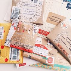 Send snail mail to get your student writing then decorate envelopes Pretty Packaging, Gift Packaging, Envelopes, Envelope Art, Brown Paper Packages, Happy Mail, Mail Art, Paper Goods, Smash Book