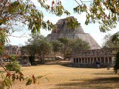 Site archéologique d'Uxmal. La pyramide du Devin d'Uxmal : les niveaux de la pyramide sont ovales plutôt que rectangulaires ou carrés.
