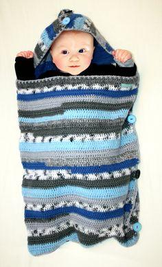 SLAAPZAK / TRAPPELZAK voor baby gehaakt en blauw gestreept