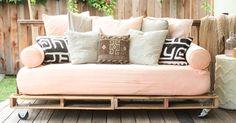 Lista com 10 trabalhos incríveis para você fazer sofás utilizando paletes e algumas coisinhas bem simples. Solte a sua criatividade!