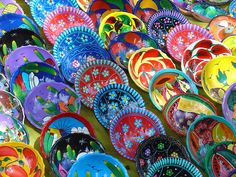 Que bonitos! Los puestos de platos parecen arcoiris!!!!!