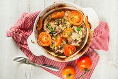 Stačí naklepat maso, připravit pořádnou dávku rajčat, cibuli, česnek a během chvilky dáte všechno do trouby a za hodinku máte na stole lahodnou večeři!