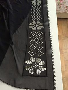 This Pin was discovered by Cez Crochet Lace Edging, Filet Crochet, Crochet Flowers, Cross Stitch Borders, Cross Stitching, Beaded Embroidery, Hand Embroidery, Palestinian Embroidery, Crochet Table Runner