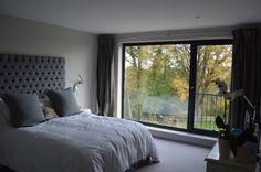 Dormitorio principal con un balcón de Julieta Juliette Balcony, Pretty Bedroom, Dream Bedroom, Master Bedroom, Bedroom Seating, Bedroom Decor, 1960s House, Home Exterior Makeover, Exterior Remodel