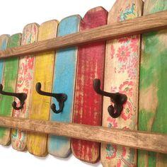 Rack-OOAK-manteau patère en bois / Chic minable Beach Cottage portemanteau, mobilier Bohème  Il sagit dune patère en bois avec des crochets de chapeau et manteau en fonte. Un affichage gai peint en vert, jaune, bleu, rouge et floral puis en détresse et protégé. Je fais ces supports colorés dans mon atelier de menuiserie et chacun a le charme et le caractère unique. Le dos a 2 matériel solide serrure métal (60lbs) déjà fixée espacés de 16. Parfait pour la salle de bain, chambre à coucher, ou…