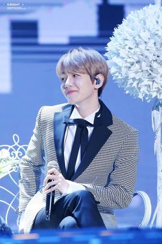 Why does this look like Baekhyun scratching his buttock while looking cute so that no one notices but it's a fail? :)