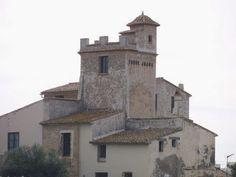 La Casa-Torre Juana se ubica en el margen sur del Camino de la Cadena, en la zona de La Condomina-San Juan. El conjunto arquitectónico construido está compuesto por la casa que se plantea alrededor de la torre. En la parcela se desarrolla un jardín, que incluye una pequeña capilla para el servicio del conjunto. Está situada cronológicamente por Varela en el siglo XVII, si bien Ruiz la sitúa en los finales del siglo XVI......