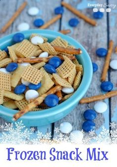 Would be pretty for a winter themed party snack. not necessary a frozen party only Looking for great easy Disney Frozen Themed food? Sven's Snack Mix is perfect for a Disney Frozen birthday party or a Disney Frozen viewing party. Frozen Themed Birthday Party, Disney Frozen Birthday, 2nd Birthday Parties, 4th Birthday, Birthday Ideas, Disney Frozen Food, Elsa Birthday, Themed Parties, Oreo Dessert