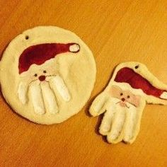 Anhänger aus Salzteig mit Handabdruck des Kindes gestaltet als Weihnachtsmann
