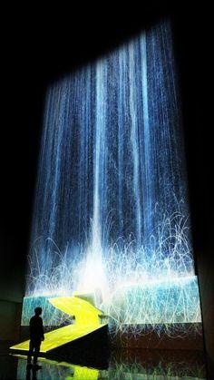 Una cascata digitale in projection mapping dà l'illusione di assenza di gravità…