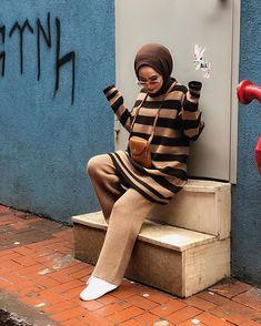Image may contain: 1 person stripes Tesettür Triko Modelleri 2020 Islamic Fashion, Muslim Fashion, Modest Fashion, Hijab Fashion, Fashion Dresses, Casual Hijab Outfit, Hijab Chic, Women's Dresses, Casual Dresses