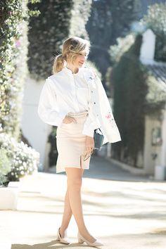 PALACIO DE LAS DUEÑAS – Mi Aventura Con La Moda. White shirt+nude pencil skirt+nude midi heeled pumps+white floral embroidery jacket+denim floral chain shoulder bag+sunglasses. Spring Dressy Casual Outfit 2017
