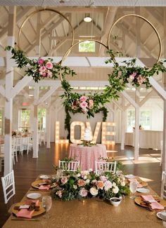 How to transform hula hoops into dreamy decorative wreaths .- So verwandeln Sie Hula Hoop Reifen in traumhafte Deko-Kränze! Gold Wedding Colors, Pink And Gold Wedding, Wedding Color Schemes, Pink Gold Party, Glitter Wedding, White Bridal, Wedding White, Wedding Centerpieces, Wedding Table