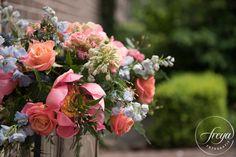 Adembenemend bloemstuk door bloemservice Haring - http://www.trouwfotografiefreya.nl/real-weddings/lente-bruiloft-twiskerslot/