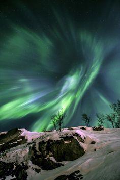 Aurora boreal formando um gigantesco vórtice sobre Grøtfjord, na Noruega. | 24 fotos impressionantes da Terra e do Espaço