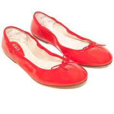 Issues du savoir faire des chaussons de danse, les ballerines souples en cuir verni Bloch sont à la fois souples, et résistantes.C'est le soulier idéal à emporter avec soi lors de ses déplacements : facile à transporter, confortable, intemporelle et chic.Atout : un talon en gamme pour amortir chaque pas et éviter une