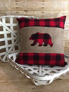 coussin à tricoter Am I Hurting My Child By Staying Home? Burlap Pillows, Sewing Pillows, Applique Pillows, Needlepoint Pillows, Decorative Pillows, Christmas Sewing, Plaid Christmas, Diy Christmas Pillows, Cabin Christmas Decor