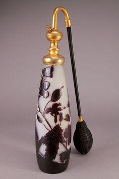 E. Gallé - Parfumzerstäuber, um 1905. Glas, geätztes Dekor, Messingmontierung. Zustand A. Bez.: Gallé, Original Verkaufsetikett.
