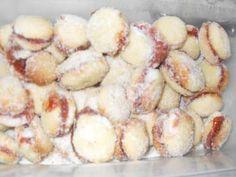 Os Biscoitinhos de Queijo são delícias lá de Minas Gerais que conquistam, diariamente, todo o Brasil. Eles são fáceis de fazer e são deliciosos para comer
