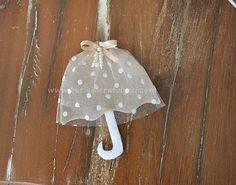 Üsküdar'a gider iken aldıda bir yağmur ;)  Bebek tasarımları da pekala <strong>vintage</strong> olabilir. Biz yaptık :) Keçe üzerine puantiyeli tül, fiyonk ve klasiğin vaz geçilmezi inci.  <b>Tüllü Şemsiye Bebek Magnetimiz</b>dolgusuz olarak elde hazırlanmıştır.Dilerseniz bu tasarıma uygun <strong>bebek kapı süsü</strong>, <strong>lohusa tacı</strong>, <strong>altın yastığı</strong> vb. süslemeler de h...