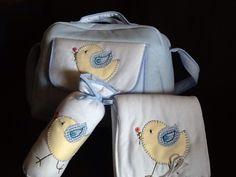 conjunto saco para bébé, muda fraldas e porta biberão com aplicações em tecido e bordado à mão