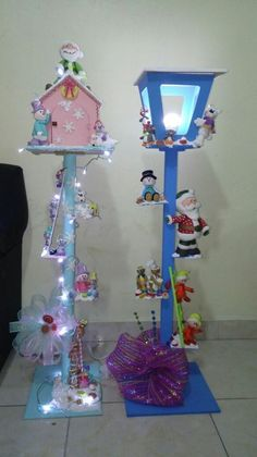 Navidad- decorated lamp post and birdhouse, so cute Christmas Lamp, Christmas Lanterns, Decorating With Christmas Lights, Xmas Decorations, Simple Christmas, Christmas Ornaments, Merry Christmas, Xmas Crafts, Diy And Crafts