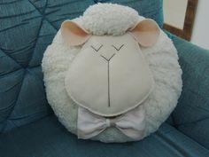 Linda almofada decorativa em formato de ovelhinha/carneirinho.  Medida aproximada: 30cm de diâmetro.  Não lavável.