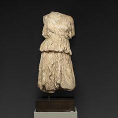 사냥의 여신인 아르테미스(다이애나)를 표현한 이 흉상은 그녀의 상징이 반영되어 여성 사냥꾼으로 묘사되었습니다. 실물크기로 제작된 아르테미스 상은 주름이 진 키톤(chiton)을 걸치고 벨트를 찼으며 오른쪽 어깨 뒤로 그녀를 상징하는 화살 통을 착용하고있습니다. 그녀의 몸체와 옷의 주름에서 느껴지는 입체감은 마치 이 조각이 살아 움직이는 듯한 느낌을 줍니다. <로마시대 다이애나 여신상 Roman Marble Torso of the Goddess Diana>, 100-200 AD, 대리석 Marble, 지중해Mediterranean, X.0045 (edited by Koo)