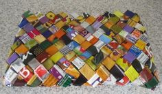 Todo el bolso está creado a partir de bolsas de patatas fritas, pipas, paquetes de chocolate etc