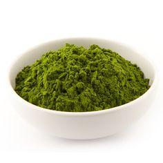 Le jus d'herbe d'orge déshydraté est un super-aliment fabriqué à partir d'herbe d'orge riche en chlorophylle, dont le jus a été pressé, puis séché à basse température, afin de protéger et de conserver ses avantages nutritionnels. Le jus d'herbe d'orge est alcalin pour l'équilibre du pH du corps, c'est un excellent détoxifiant et un énergisant riche en enzymes antioxydants.Il est certifié biologique Ecocert et sans-OGM. Le contenant de 500g est fait en papier k...