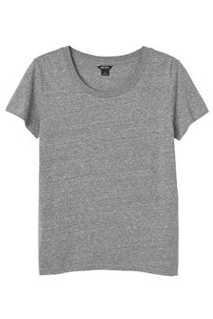 Classic Tee´s coming your way! The totally essential shirt to layer under your favorite Monki piece or, leave it on it`s own for that casual Friday look. In an organic blend, they are as soft as summer rain.