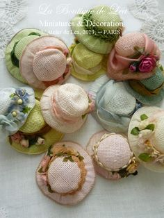 Hats for dollhouse dolls Dollhouse Dolls, Miniature Dolls, Doll Clothes Patterns, Doll Patterns, Crochet Pattern Free, Barbie Accessories, Sewing Dolls, Doll Shoes, Macaron