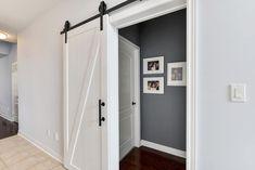 Witte Loftdeur aan zwarte rails. Het blijft een van onze favorieten <3