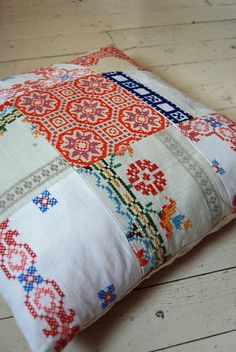 Embroidery Vintage Love this vintage tablecloth patchwork cushion! I love the idea of re-using all that embroidery you find in the charity shops - so much hard labor went into these! Embroidery Transfers, Embroidery Patterns, Cross Stitch Embroidery, Vintage Fabrics, Vintage Sewing, Vintage Linen, Pin Cushions, Pillows, Cushion Pillow
