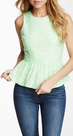 Me gusta esta blusa. Es turquesa y tiene encaje. Me gusta esta blusa más que la de Forever 21.