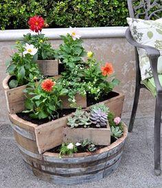 Arredamento giardino: costruire una fioriera riciclando una botte