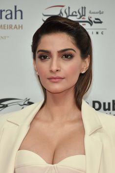 Sonam Kapoor Photos - Sonam Kapoor attends the Opening Night Gala of the annual Dubai International Film Festival held at the Madinat Jumeriah Complex on December 2017 in Dubai, United Arab Emirates. Bollywood Actress Hot Photos, Indian Bollywood Actress, Bollywood Girls, Beautiful Bollywood Actress, Most Beautiful Indian Actress, Beautiful Actresses, Beautiful Heroine, Bollywood Saree, Bollywood Fashion