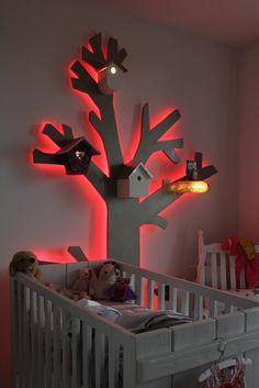 zelfgemaakte boom van mdf met led verlichting en verlichting in de vogelhuisjes