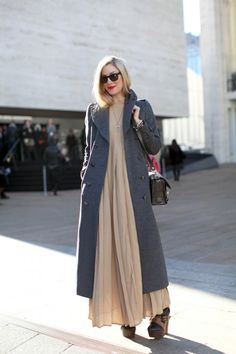 Estilo de rua, sobretudo cinza, vestido longa rosa.