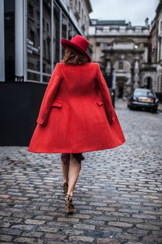 #womanswear #style #red #coat #hat #Sophistication